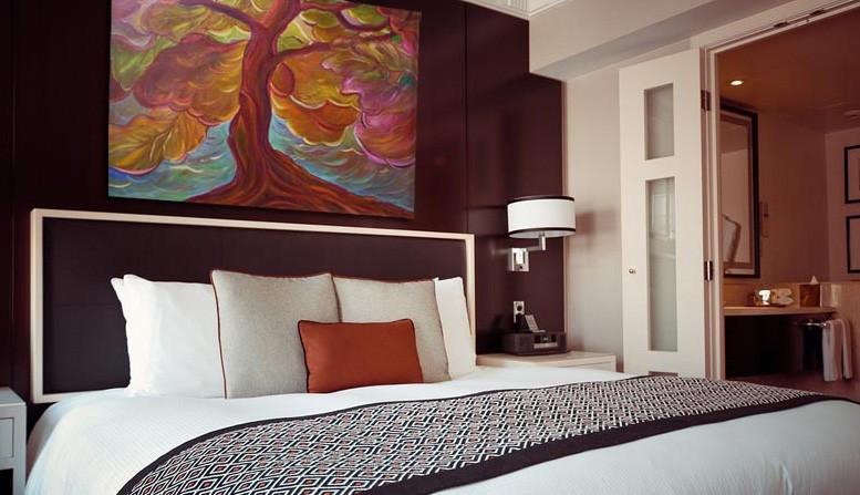 Festménydekoráció szállodai szobába